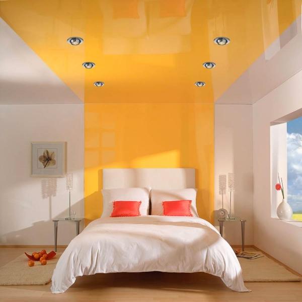 Цветной натяжной потолок идеально подчеркнет индивидуальность и стиль вашей спальни