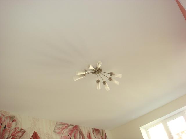Тканевый бесшовный потолок белого, теплого цвета для загородного дома