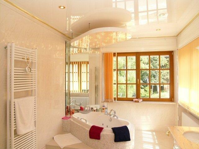 Глянцевый натяжной потолок зрительно увеличит размер вашей ванной комнаты