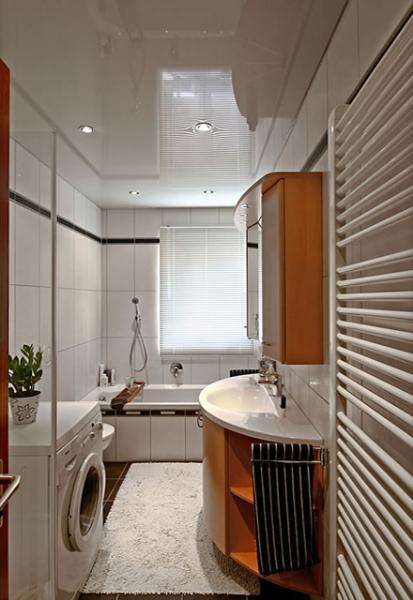 Глянцевый белый потолок с установкой точечных светильников- всегда стильное решение для вашей ванной комнаты
