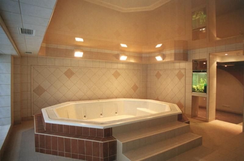 Лаковый потолок ПВХ придаст нотку шика ванной комнате
