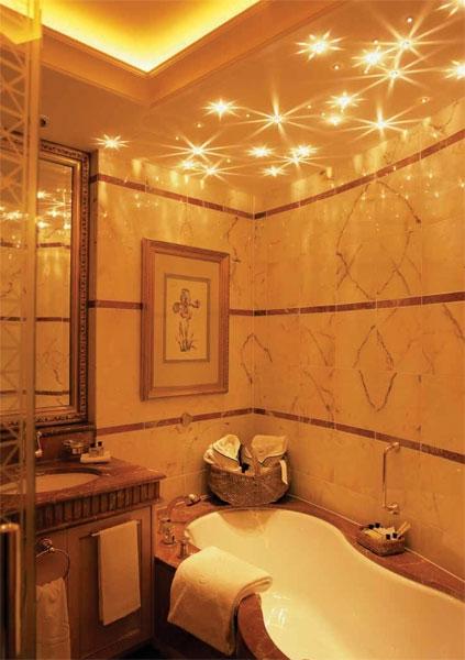 Двухуровневый матовый потолок со светодиодной подсветкой и установкой точечных светильников теплого света