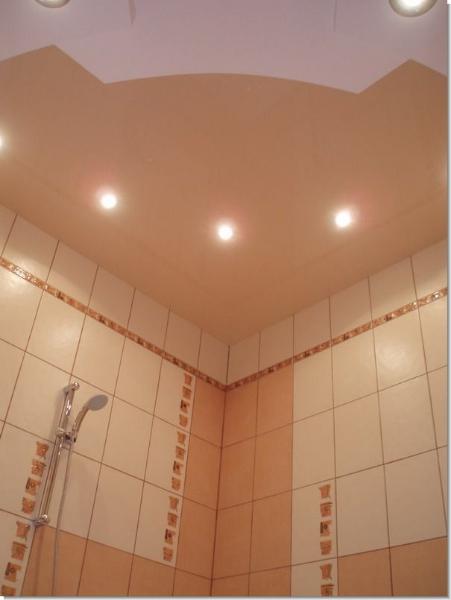 Криволинейный натяжной потолок состоящий из цветной глянцевой и белой матовой фактуры с установкой точечных светильников