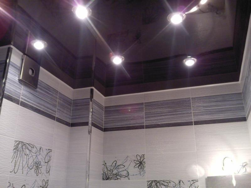 Цветной фиолетовый глянцевый потолок с установкой точечных светильников