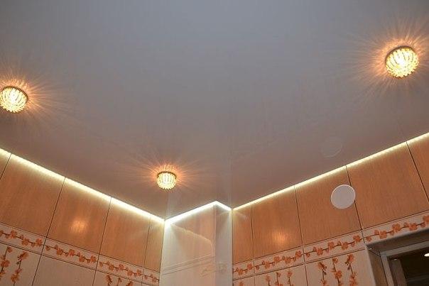 Белый матовый потолок с парящим профилем и точесными светильниками для помещений санузлов