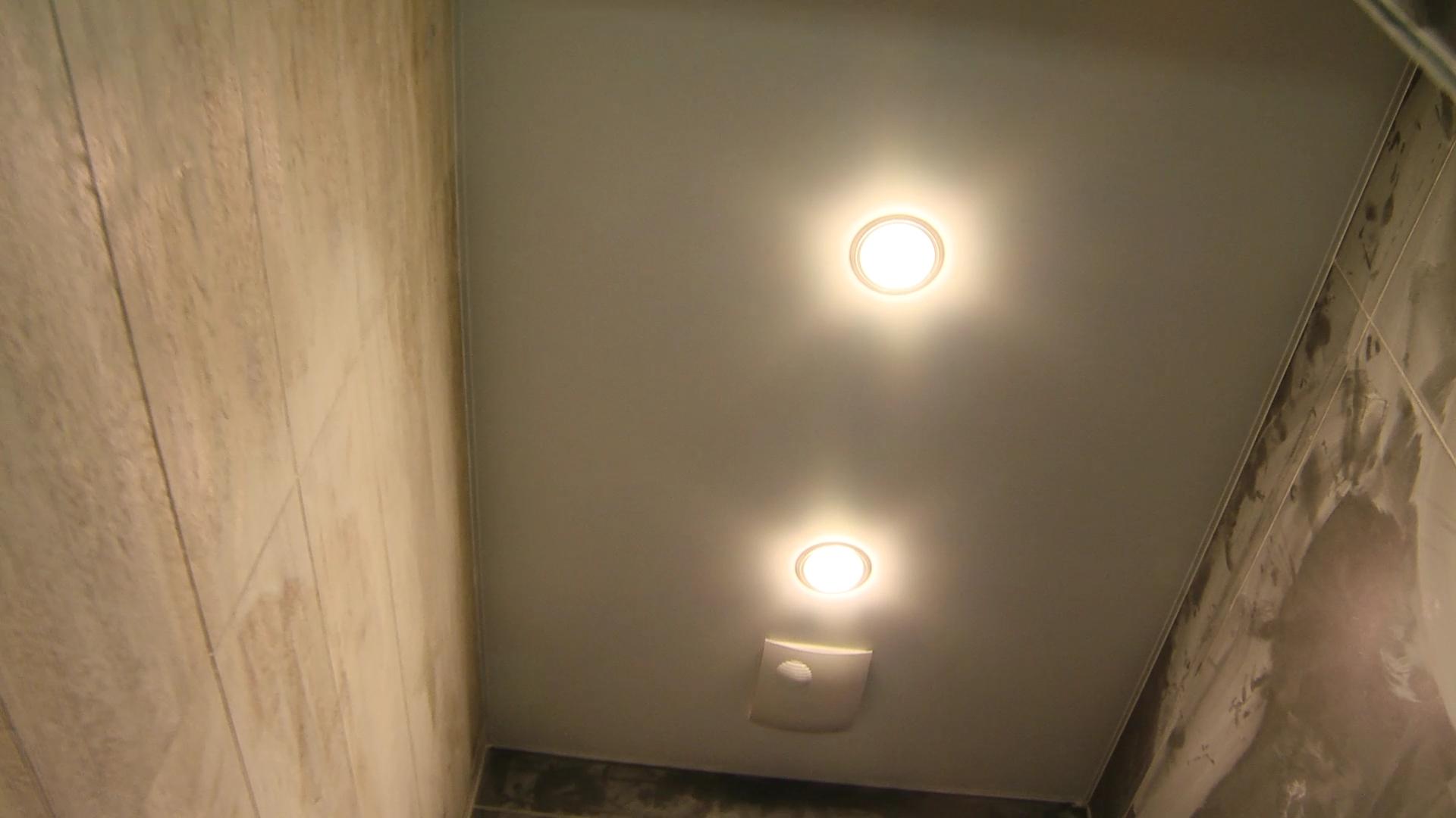 Натянутый натяжной потолок  в туалете - процесс ремонта и отделка стен