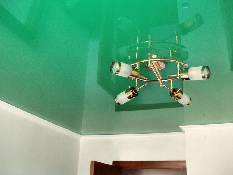 Цветной глянцевые потолок на кухне