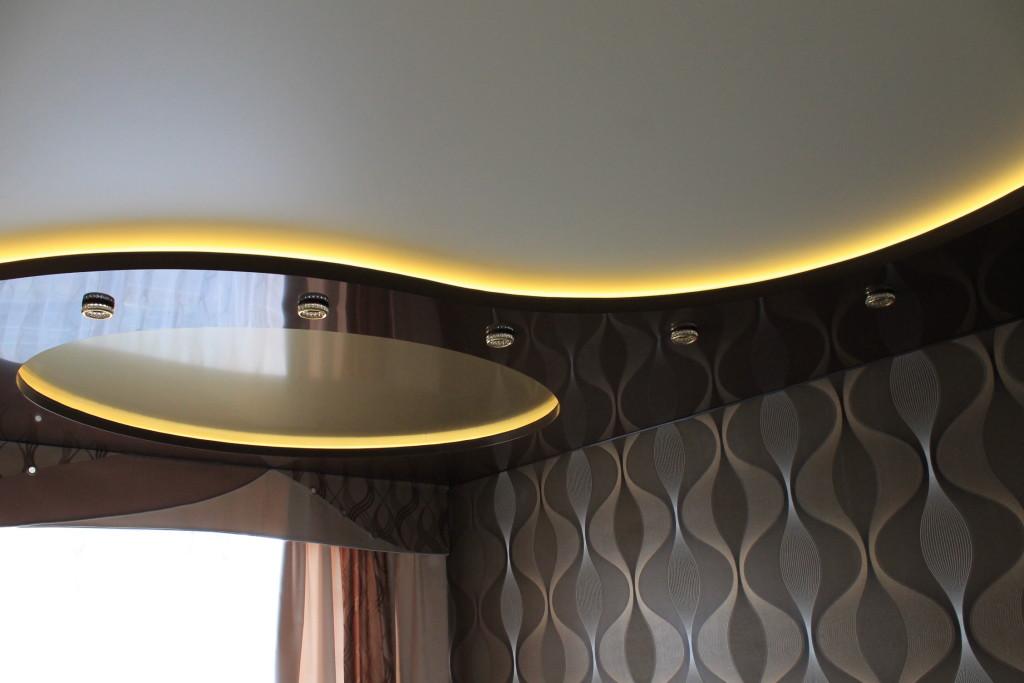 Потолок с металлической конструкцией с закрытой нищей под подсветку