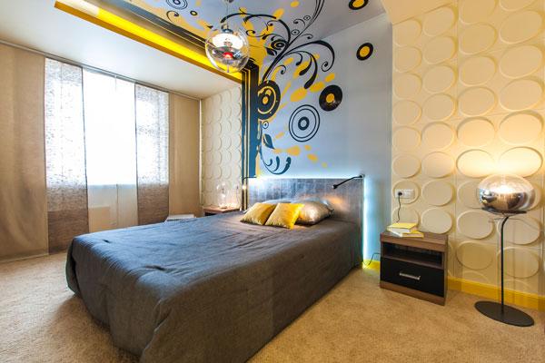Дизайнерский натяжной потолок с фотопечатью и росписью по стене в спальной комнате