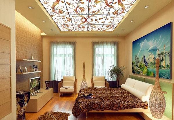 Светопропускающий натяжной потолок с подсветкой и артепчатью в спальне