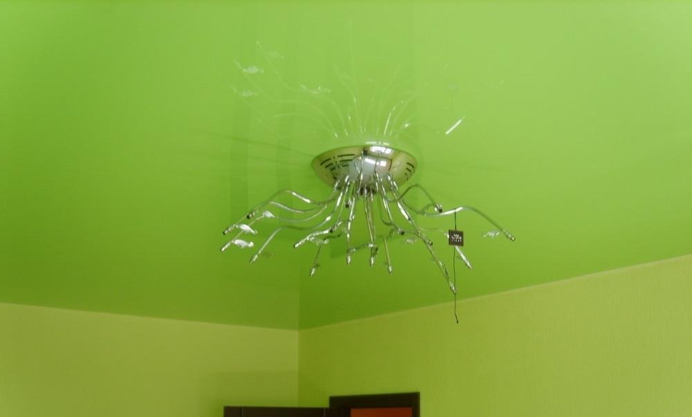 Цветной зеленый потолок ПВХ в комнате