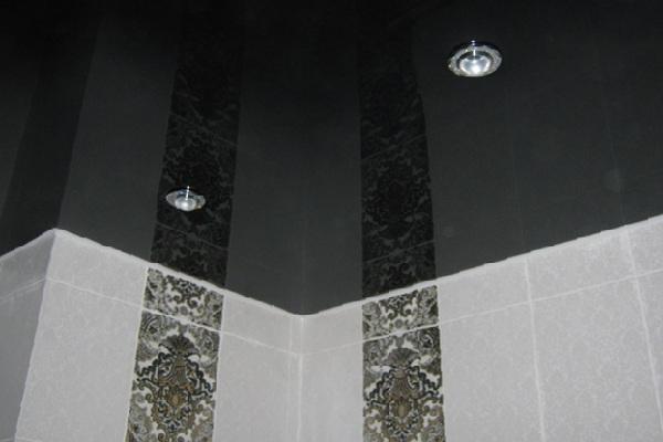 Черный глянцевый потолок с двумя точечными светильниками для ванной