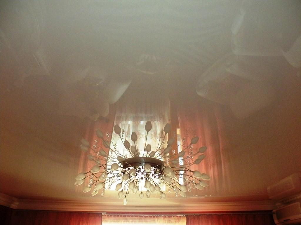 Глянцевый потолок в гостиной