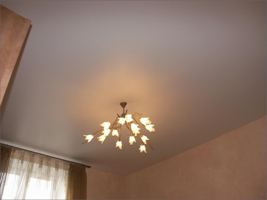 Белый потолок с дизайнерской люстрой