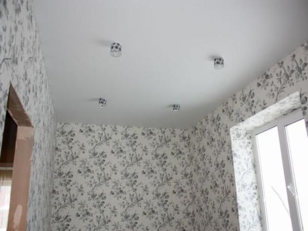 Белый потолок с четырьмя светильниками по краям