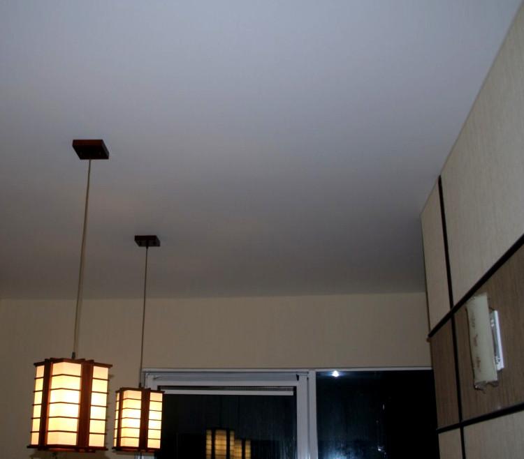 Еще одно фото с дизайнерскими люстрами и матовым натяжным потолком