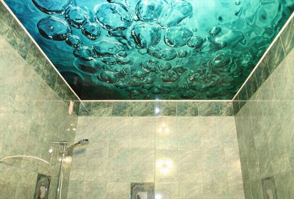 Натяжной потолок в ванной с фотопечатью под морскую воду