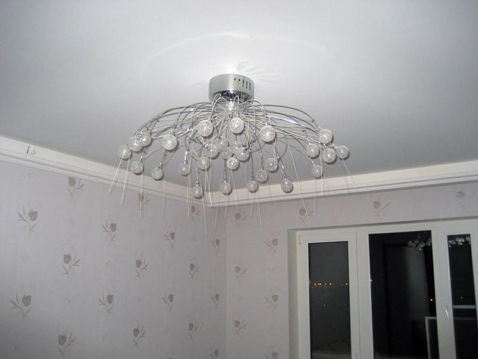 Натяжной матовый белый потолок ночью с красивой люстрой