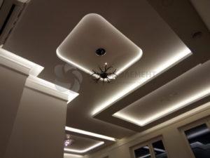 Белый матовый двухуровневый потолок в подсветкой в гостиной