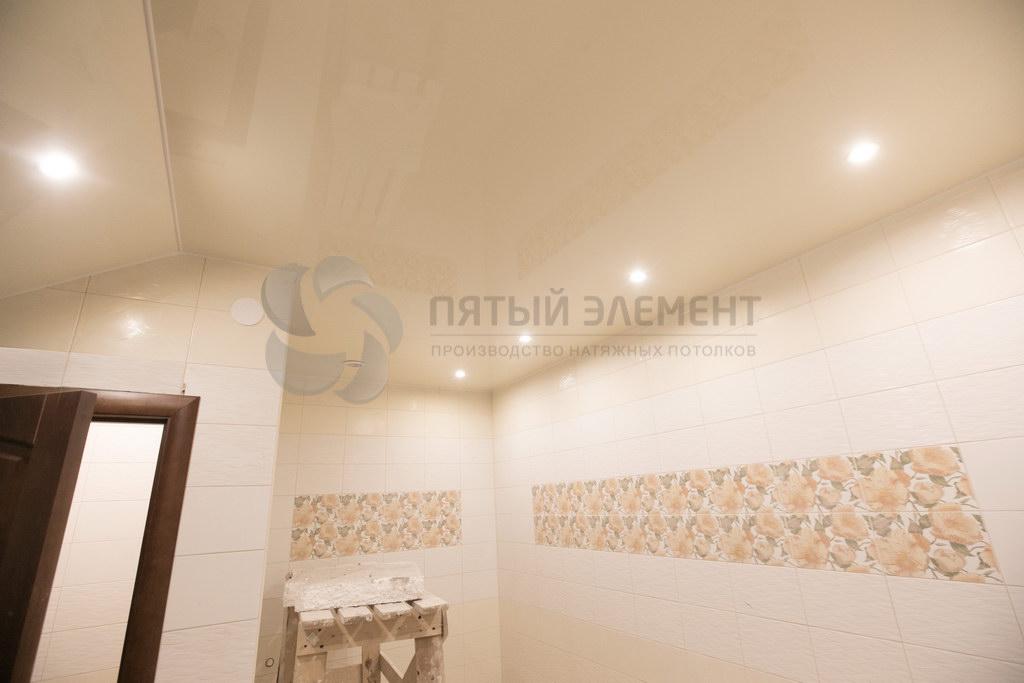 Цветной глянцевый потолок в санузле