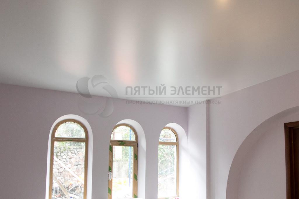 Белый сатиновый потолок в доме