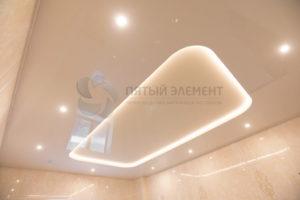 Цветной двухуровневый потолок с подсветкой в доме