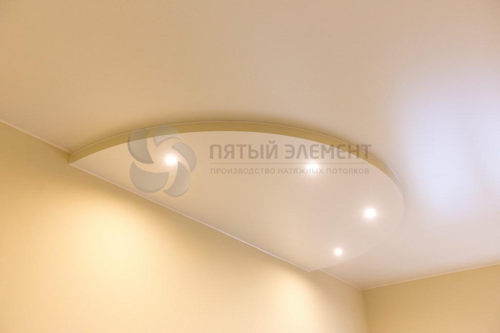 Цветной сатиновый двухуровневый потолок в доме