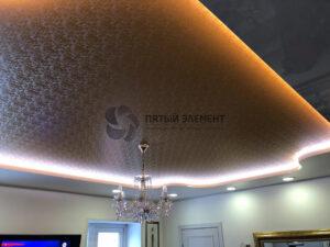 Двухуровневый потолок с подсветкой и фактурным полотном верхнего уровня