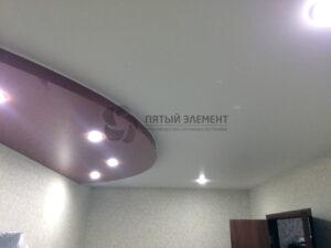 Цветное глянцевое полотно на нижнем уровне натяжного потолка