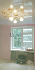 белый глянцевый натяжной потолок с артпечатью