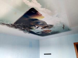 белый глянцевый потолок с фотопечатью в детской