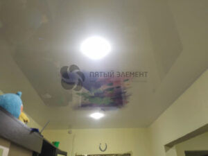 белый глянцевый потолок с фотопечатью в прихожей