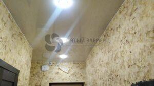 белый глянцевый потолок в коридоре