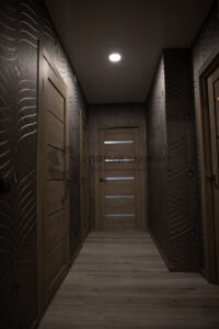белый лаковый натяжной потолок в коридоре