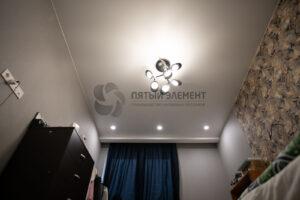белый матовый натяжной потолок со скрытым карнизом в комнате
