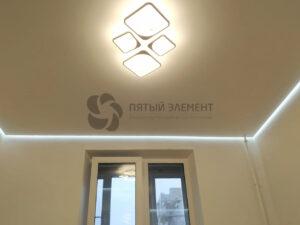 белый матовый парящий натяжной потолок с люстрой