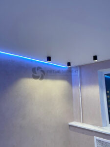 белый матовый парящий потолок со скрытым карнизом и цветной подсветкой