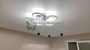 белый матовый парящий потолок со скрытым карнизом в гостиной