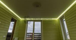 белый матовый парящий потолок в гостиной