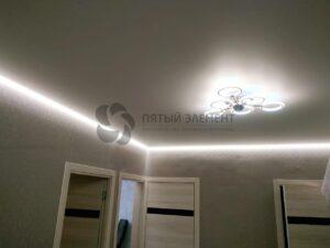 белый матовый парящий потолок в коридоре