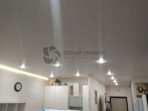 белый матовый парящий потолок в квартире