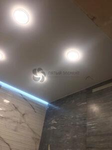 белый матовый парящий потолок в санузле