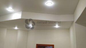 белый матовый потолок с переходом уровня в коридоре