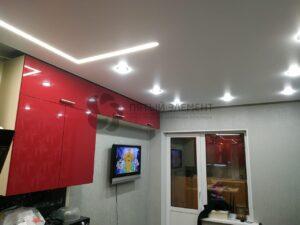 белый матовый потолок со световой линией и скрытым карнизом на кухне