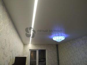 белый матовый потолок со световой линией и скрытым карнизом в гостиной