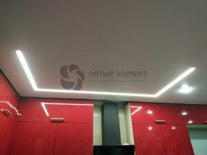 белый матовый потолок со световой линией на кухне