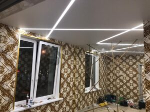 белый матовый потолок со световыми линиями на кухне