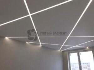 белый матовый потолок со световыми линиями в комнате