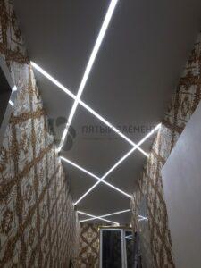 белый матовый потолок со световыми линиями в коридоре