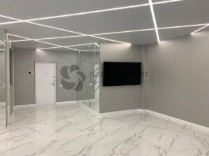 белый матовый потолок со световыми линиями в прихожей